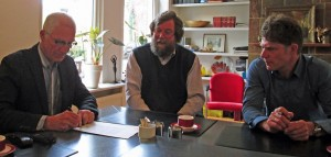 De drie bestuursleden bij de notaris in Jorwert voor de ondertekening van de stichtingsakte.